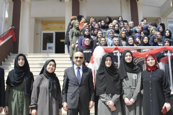 Fikri Işık, Arapça münazara şampiyonu öğrencileri tebrik etti