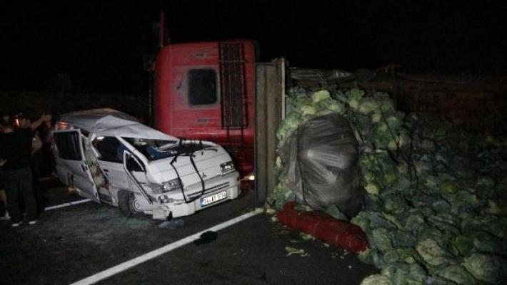 Kamyonun üzerine devrildiği minibüsün sürücüsü, bir gün sonra öldü