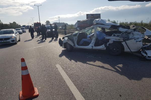 Bariyerleri aşan TIR, otomobili sürükledi; baba öldü, oğlu yaralı