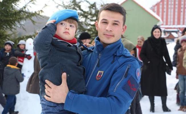 Engelli çocukların jandarma ile kar eğlencesi