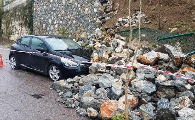 Gölcük'te istinat duvarı çöktü: 2 araçta hasar var