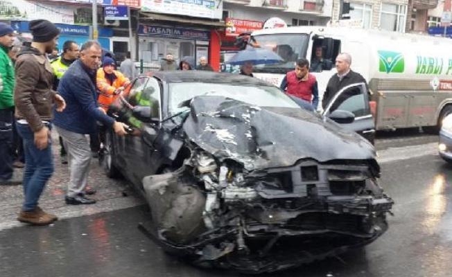 Otomobil ile minibüs çarpıştı: 8 yaralı