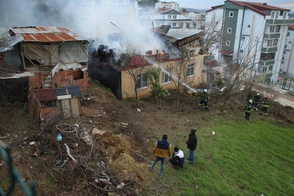 Gündoğdu'da rüzgar bacayı devirdi, evin çatısı yandı