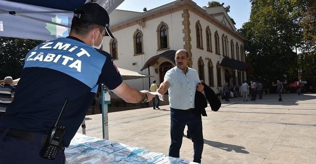 İzmit Belediyesi Cuma Namazı öncesi ücretsiz maske dağıttı