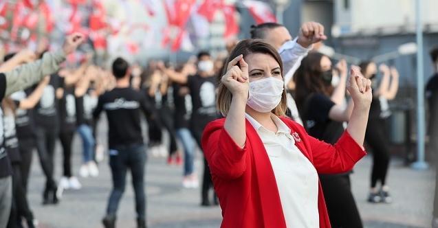 Topuklu efe Hürriyet, bin kişilik dev ekiple Cumhuriyet Bayramı'nda zeybek oynadı!