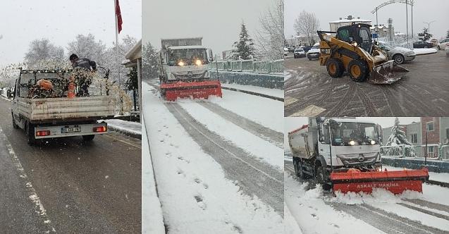İzmit Belediyesi ekipleri aralıksız kar küreme ve tuzlama yapıyor