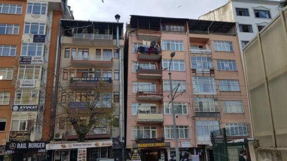 İzmit Belediyesi tehlike saçan o apartmanı yıkıyor