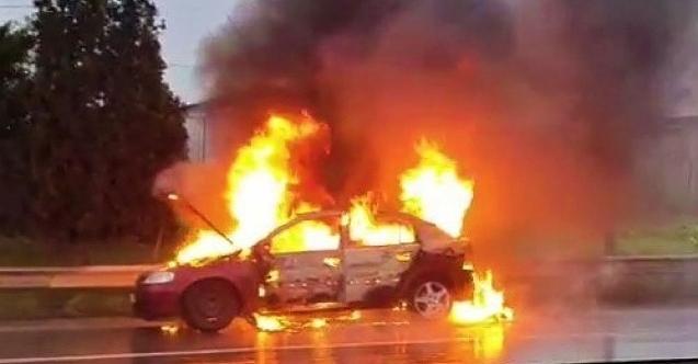 Korku dolu anlar! Seyir halindeki otomobil alev alev yandı