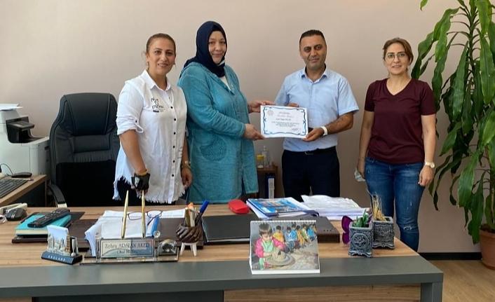 Eğitim gönüllüsü Tugay Polat'a teşekkür belgesi