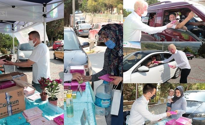 İzmit Belediyesi mezarlıklarda Yasin-i Şerif ve çiçek dağıttı