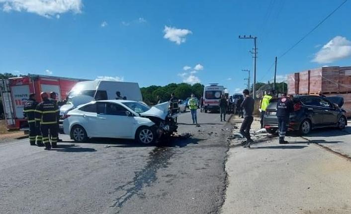 Kaza yapan araçta fena şekilde sıkıştılar!