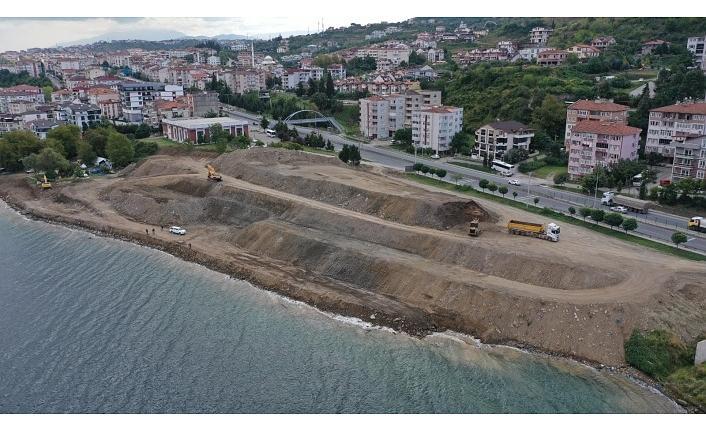 Gölcük Kuruçeşme sahilinde depremden kalan inşaat atıkları kaldırılıyor